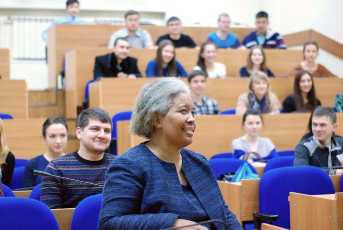 В рамках программы «Приглашённый спикер» во ВГУЭС выступила Сильвия Рид Курран