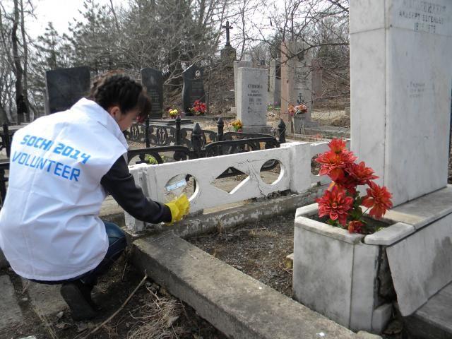В канун Дня Победы волонтеры ВГУЭС привели в порядок места захоронений ветеранов войны