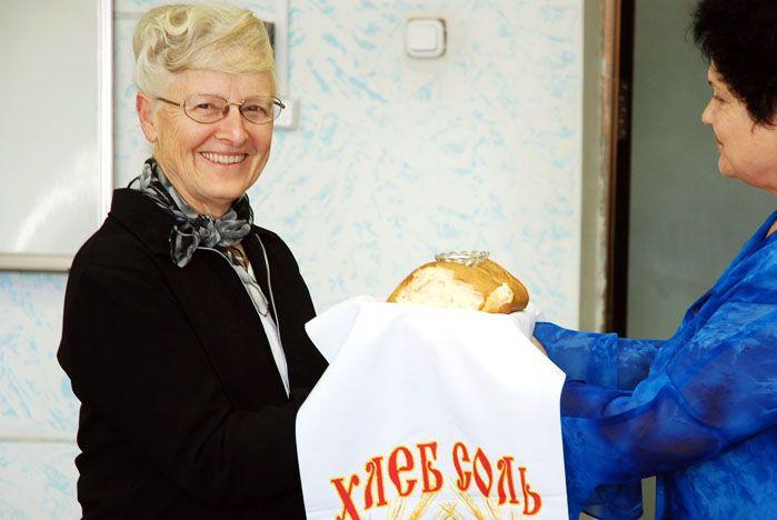 Хлеб-соль – только начало знакомства гостьи из США с русской кухней!