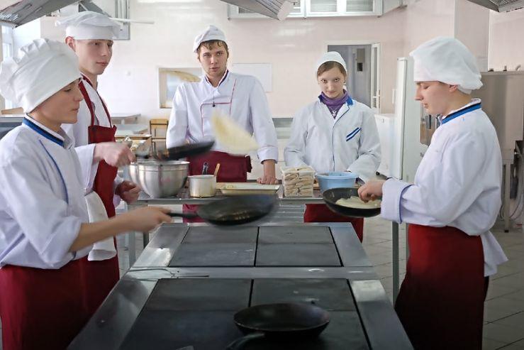Мастерство выпекания блинов студенты-технологи Колледжа сервиса и дизайна ВГУЭС продемонстрировали на «блин-классе»
