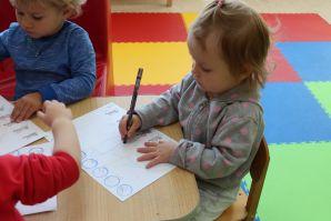 Любят наши малыши краски и карандаши