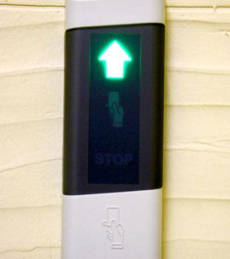 После того как поднесли бейдж к считывателю, он подаст звуковой сигнал и загорится зеленый индикатор ввиде стрелочки.