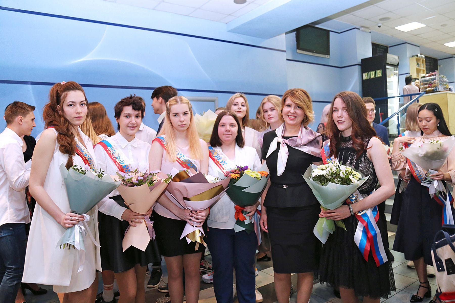Последний звонок-2019: выпускники школ ВГУЭС принимают поздравления