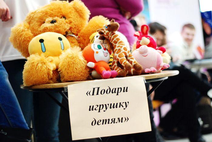 Новый год- время подарков. Волонтеры ВГУЭС везут в социально-реабилитационный центр игрушки.