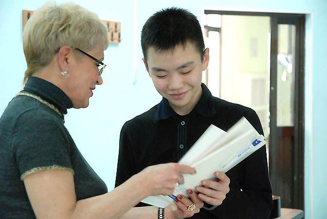 ВГУЭС наградил старшеклассников — победителей краевой научно-практической конференции «В науку первые шаги».