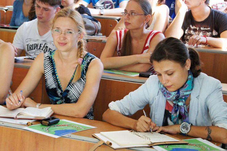 Волонтеры научились работать с участниками и гостями саммита АТЭС