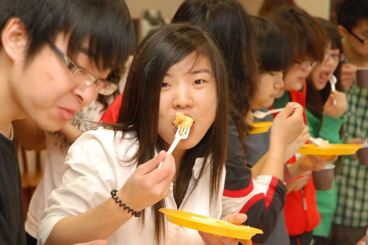Студенты ВГУЭС из Китая познакомились с традиционной русской и морской владивостокской кухней