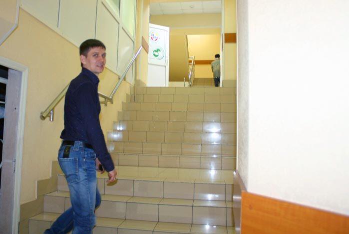 Поднимаемся по лестнице вверх на один этаж